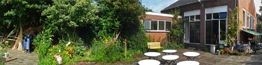 De accommodatie heeft een ruime tuin die direct is gelegen aan de Reeuwijkse plassen heerlijk vertoeven