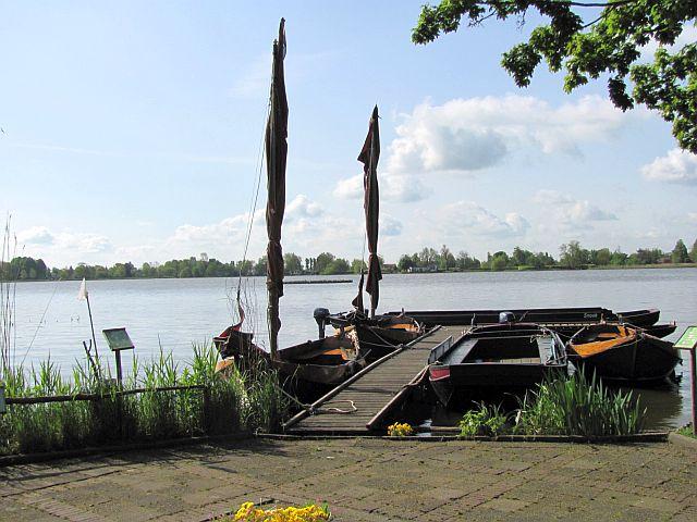 Wij varen over de wateren van Reeuwijk maar over die van Gouda