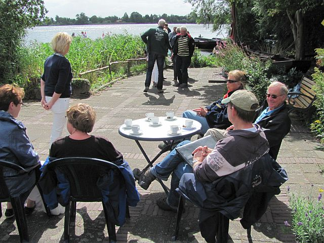 Aan het water van de Reeuwijkse plassen in de tuin van de accommodatie