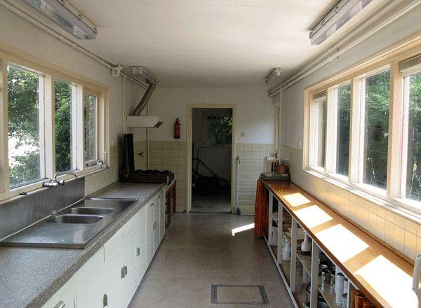 Een ruime keuken, zodat er een goede maaltijd gemaakt kan worden voor de groep