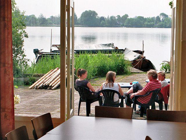 In de Reeuwijkse plassen vindt u de accommodatie de Rokende Turf
