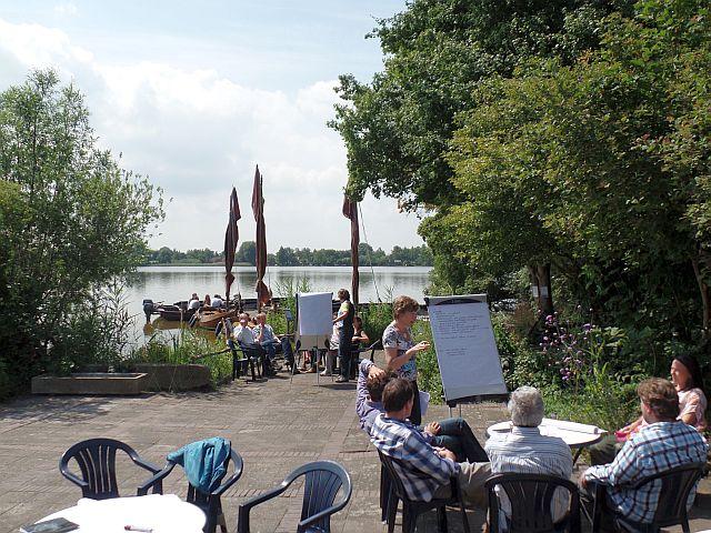 U kunt de zaal huren of de vergaderruimte en wanneer het mooi weer is in Reeuwijk gebruikt u de tuin