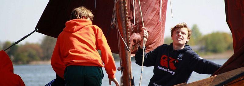 varen met een zeilboot over de Reeuwijkse plassen